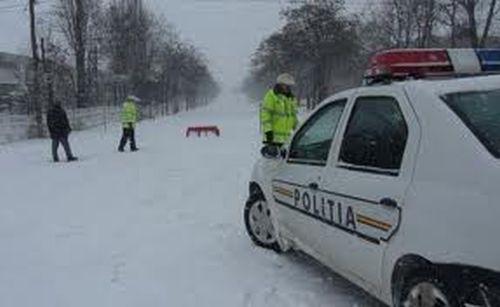 Angajaţii MAI au salvat, noaptea trecută, peste 700 de persoane blocate sau izolate din cauza zăpezii
