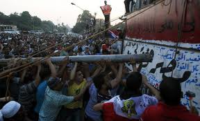 Egipt: Treizeci şi şase de deţinuţi islamişti, asfixiaţi cu gaze lacrimogene, într-o tentativă de evadare