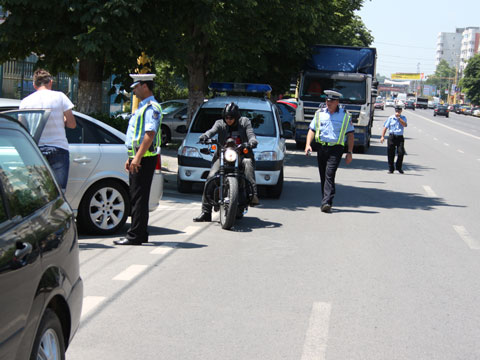 Iași: Polițiștii au tras focuri de armă pentru a opri un șofer fără permis de conducere