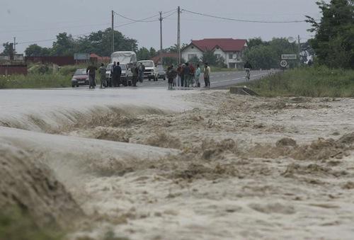 Galați: Sute de gospodării inundate la Matca în urma unei viituri