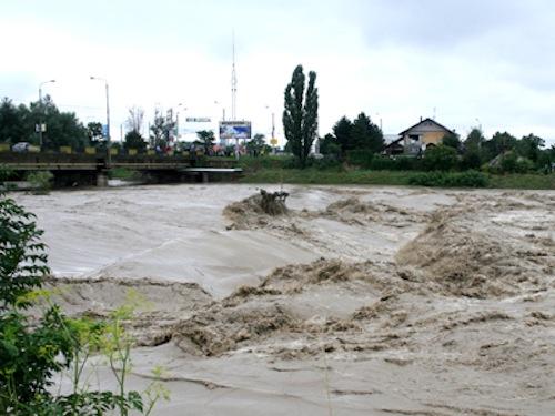 Cod Galben de inundaţii pe râurile din 10 judeţe, valabil până miercuri