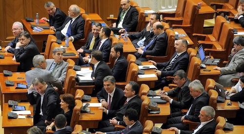 Statutul parlamentarilor, amânat pentru toamnă