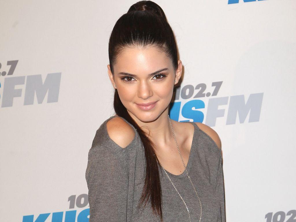 Ce look nou a adoptat Kendall Jenner, copiind-o pe sora sa mai mare, Kim Kardashian?