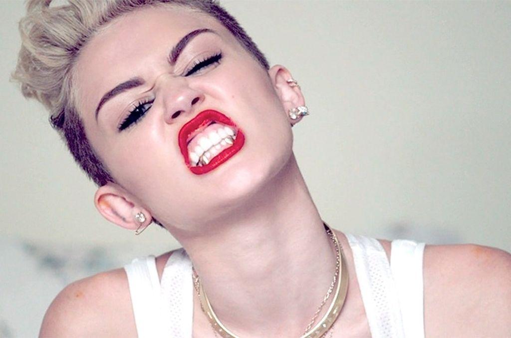 Miley Cyrus a pozat topless pentru Rolling Stone!