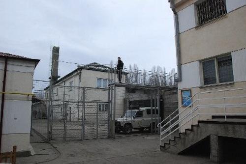 Preotul penitenciarului din Bacău, prins când introducea în instituție telefoane mobile pentru deținuți